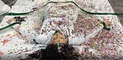 אלה סלומון במיצג סלפי, בסופו, כשהיא מלאה בכל מיני נצנצים וסרטים